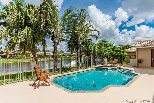 971 Lakewood Ct, Weston, FL 33326 (MLS #A10541027) :: The Paiz Group