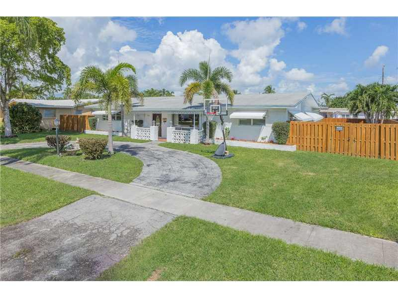 5305 Monroe St, Hollywood, FL 33021 (MLS #A10157414) :: United Realty Group