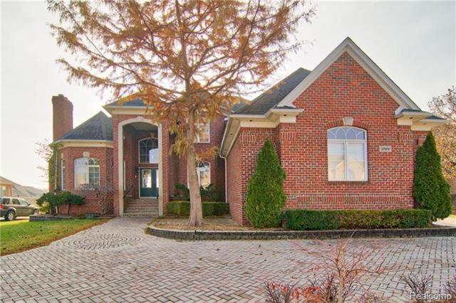 13196 Azure Drive, Shelby Twp, MI 48315 (#219036631) :: RE/MAX Classic