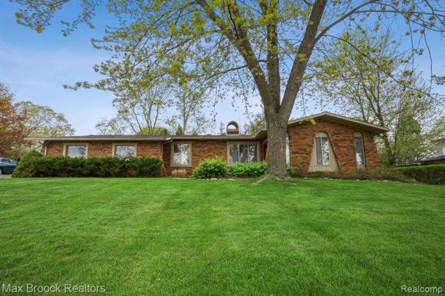 3024 Saint Jude Drive, Waterford Twp, MI 48329 (MLS #219047043) :: The Toth Team