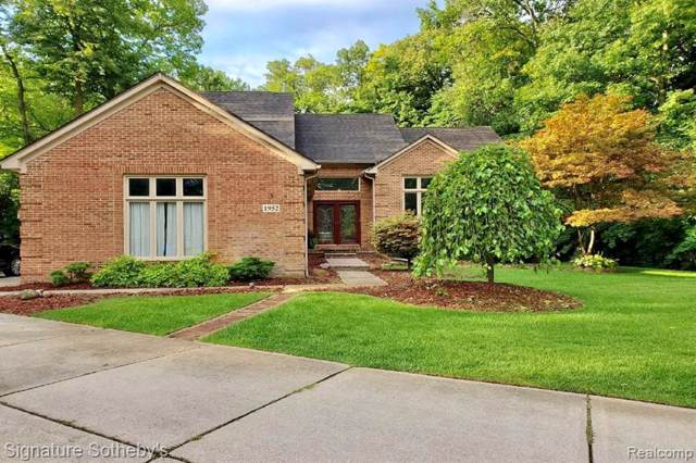 1952 Hampshire Court, Commerce Twp, MI 48382 (#219083680) :: Alan Brown Group