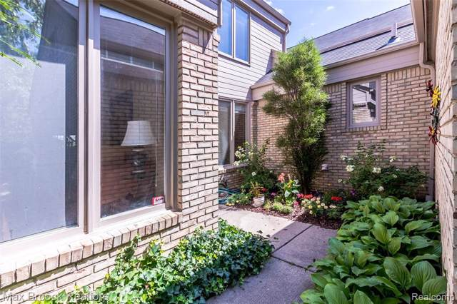 5248 Mirror Lake Court #32, West Bloomfield Twp, MI 48323 (#2200005069) :: The Alex Nugent Team | Real Estate One