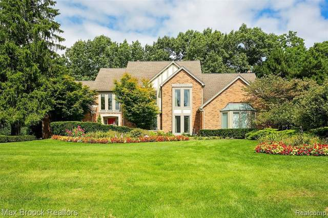5872 Seville Circle, Orchard Lake Village, MI 48324 (#2200007592) :: Keller Williams West Bloomfield