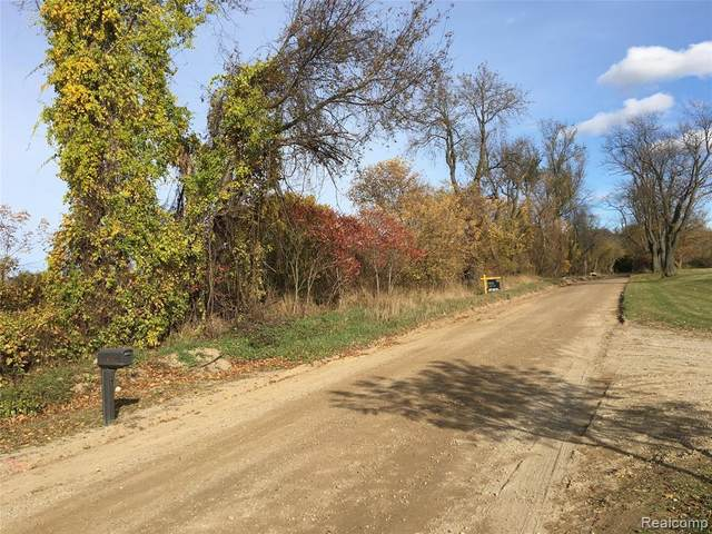 5 Parks Road, Oakland Twp, MI 48363 (MLS #2200015184) :: The Toth Team