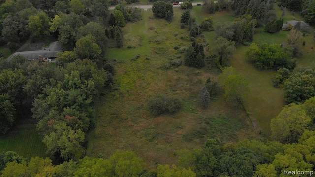 1101 E Snell Road, Oakland Twp, MI 48306 (MLS #2200015940) :: The Toth Team