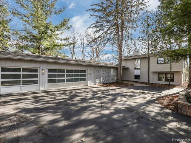7121 Deer Lake Court, Independence Twp, MI 48346 (#2200021967) :: The Mulvihill Group