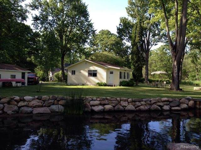 10157 River Lane, Hamburg Twp, MI 48169 (MLS #2200022983) :: The Toth Team