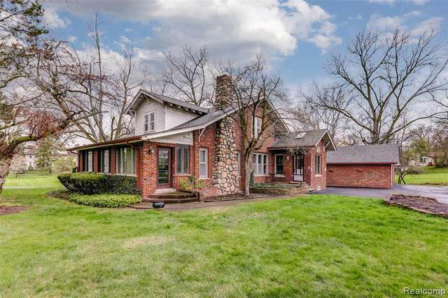 2244 Walnut Lake Road, West Bloomfield Twp, MI 48323 (MLS #2200026043) :: The Toth Team