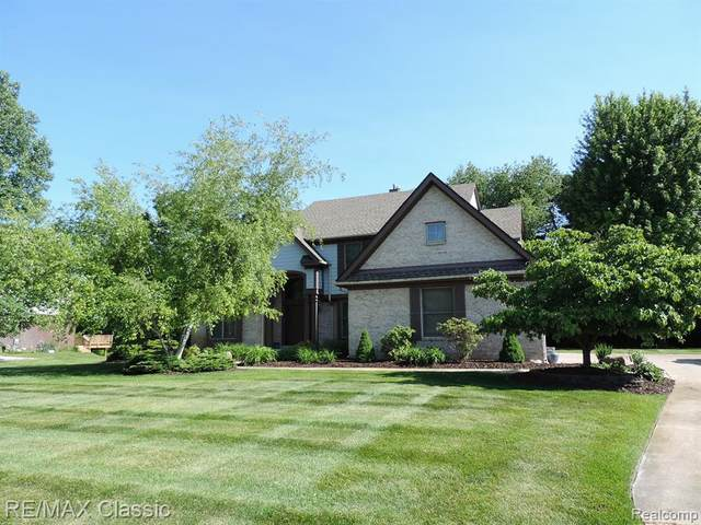 585 Gleneagles, Highland Twp, MI 48357 (MLS #2200035012) :: The John Wentworth Group