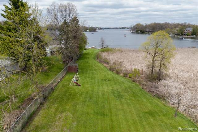 2386 Crane Road, Fenton Twp, MI 48430 (#2200035236) :: The Merrie Johnson Team