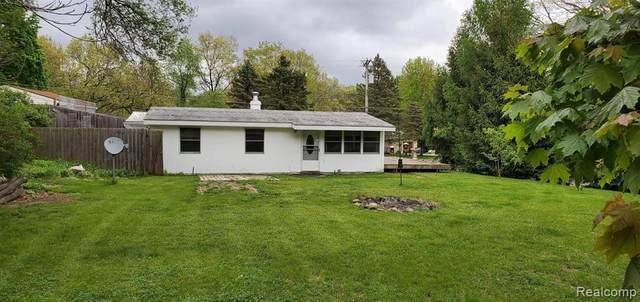 10419 Lakeview Drive, Green Oak Twp, MI 48189 (#2200036165) :: The Mulvihill Group