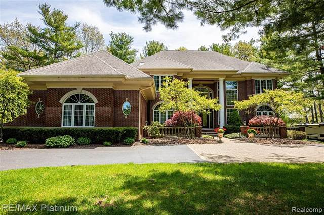 5585 Arbor Bay Court, Genoa Twp, MI 48116 (MLS #2200036654) :: The Toth Team