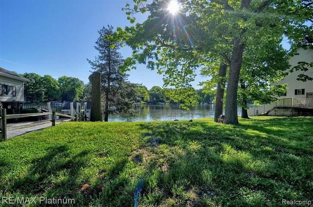 000 Lakeside Drive, Howell, MI 48843 (MLS #2200038234) :: The Toth Team