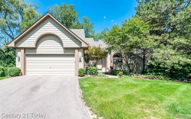 6820 Heron Pnt, West Bloomfield Twp, MI 48323 (#2200039711) :: The Mulvihill Group