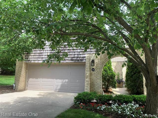 1275 Oakwood Court N, Rochester Hills, MI 48307 (MLS #2200042015) :: The Toth Team