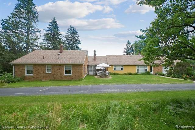 796 S Rochester Road, Oakland Twp, MI 48363 (MLS #2200048412) :: The Toth Team