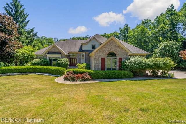 1275 Oak Hollow Drive, Milford Twp, MI 48380 (#2200050035) :: Novak & Associates