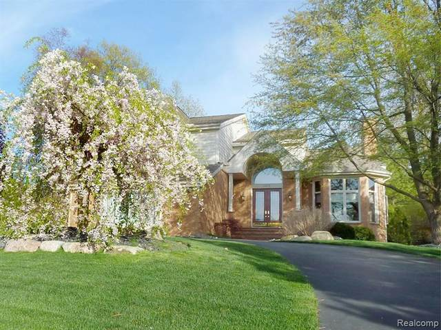 1079 Forest Bay Drive, Waterford Twp, MI 48328 (#2200051750) :: RE/MAX Nexus