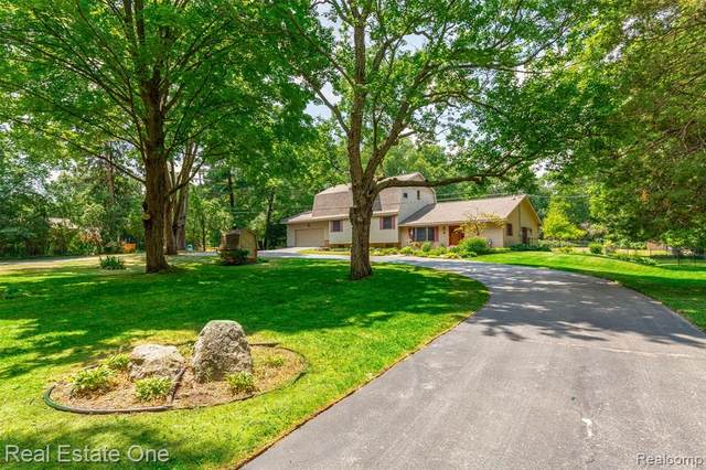 8101 S Eston Road, Independence Twp, MI 48348 (#2200052426) :: The Mulvihill Group