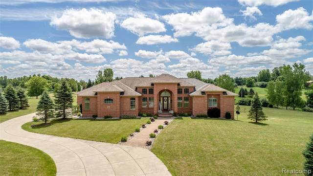 8060 Creekwood Lane, Atlas Twp, MI 48438 (#2200058499) :: The Merrie Johnson Team