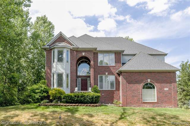 8911 Clubwood Drive, Walled Lake, MI 48390 (#2200060287) :: Novak & Associates