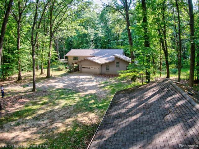 2427 Surrey Drive, Hamburg Twp, MI 48169 (#2200062915) :: Novak & Associates