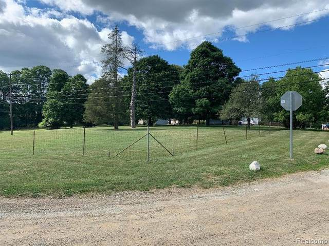000 Coomer Rd, Waterford Twp, MI 48327 (MLS #2200064028) :: The John Wentworth Group
