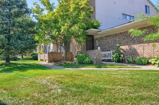 6606 Maple Lakes Drive, West Bloomfield Twp, MI 48322 (MLS #2200064242) :: The John Wentworth Group