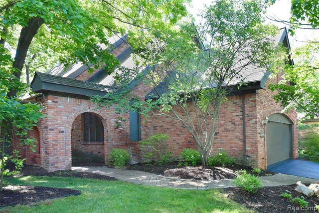4605 Rue St Michelle, West Bloomfield Twp, MI 48323 (#2200065202) :: Duneske Real Estate Advisors