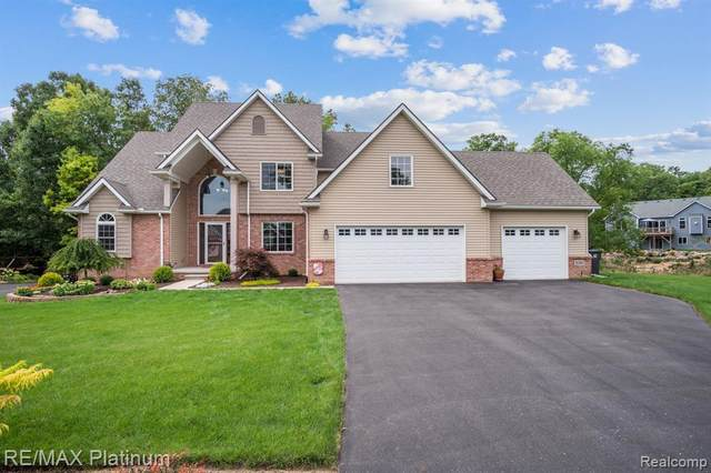 9380 Sheltering Oaks Drive, Brighton Twp, MI 48114 (#2200065635) :: The BK Agency