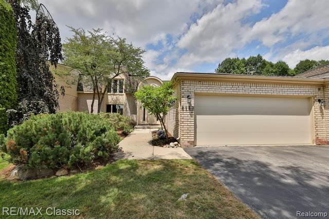 5143 Woodlands Drive, Bloomfield Twp, MI 48302 (#2200070059) :: The BK Agency