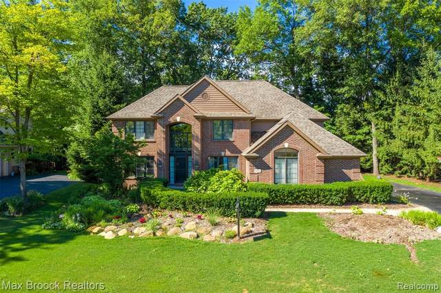 9691 Kingston Pointe Drive, Springfield Twp, MI 48348 (#2200072221) :: The Mulvihill Group