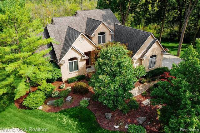 4311 Forest Hill Drive, Commerce Twp, MI 48382 (#2200072784) :: BestMichiganHouses.com