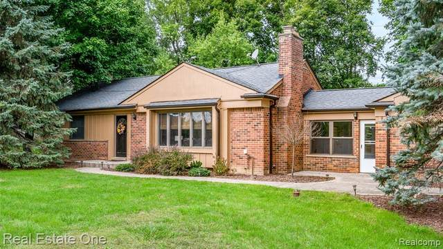 2470 W Tienken Road, Rochester Hills, MI 48306 (#2200076339) :: The BK Agency