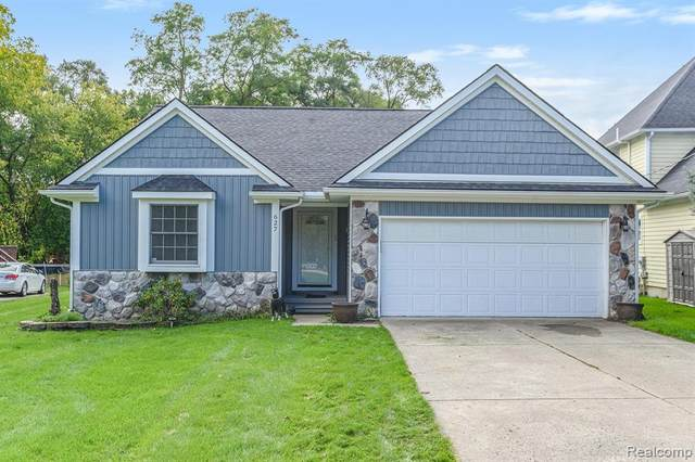 627 Brighton Lake Road, Brighton, MI 48116 (#2200082365) :: Alan Brown Group