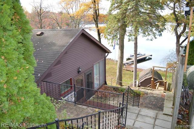 6190 Briggs Lake Dr, Green Oak Twp, MI 48116 (#2200087204) :: The Mulvihill Group