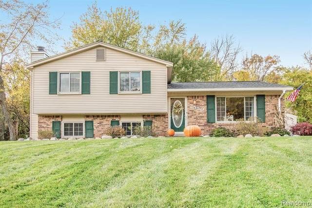 2550 Old Plank Road, Milford Twp, MI 48381 (#2200088130) :: The Mulvihill Group