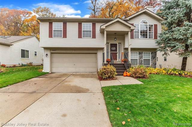 1687 Andover Boulevard, Hartland Twp, MI 48843 (#2200088190) :: The Mulvihill Group