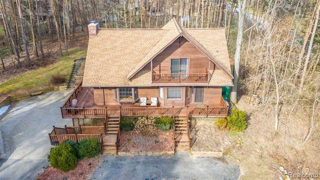 9216 Pine Hill Trail, Hartland Twp, MI 48430 (MLS #2200089546) :: The Toth Team