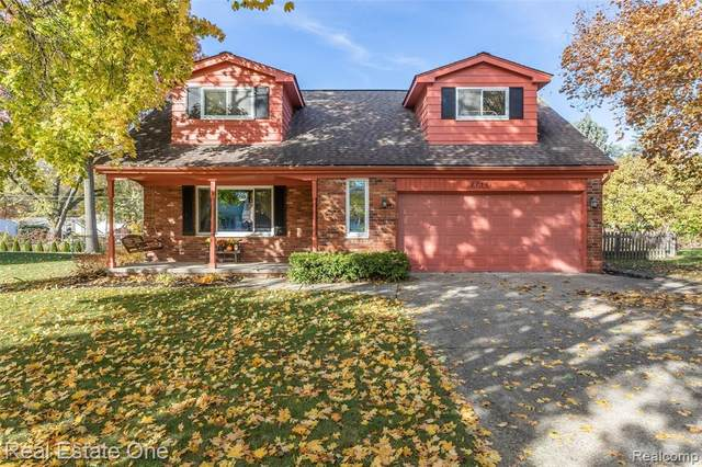 8736 War Bonnet Drive, Commerce Twp, MI 48382 (#2200089797) :: BestMichiganHouses.com