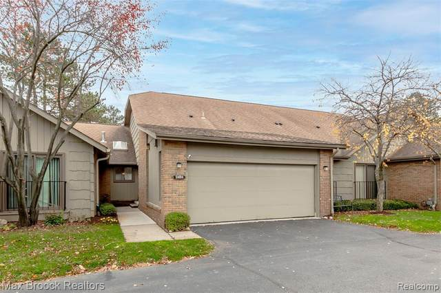 6484 Maple Hills Drive, Bloomfield Twp, MI 48301 (#2200092285) :: Robert E Smith Realty