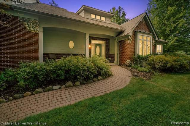 2847 Tall Timbers Drive, Milford Twp, MI 48380 (#2200097801) :: The Mulvihill Group