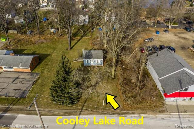 8286 Cooley Lake Road, Commerce Twp, MI 48382 (#2200099050) :: The Alex Nugent Team | Real Estate One