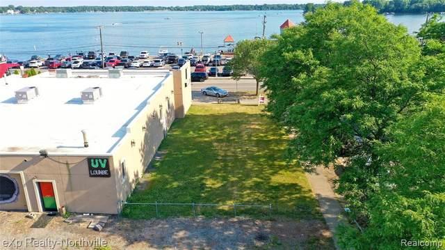 193 E Walled Lake Drive, Walled Lake, MI 48390 (#2210004547) :: Novak & Associates