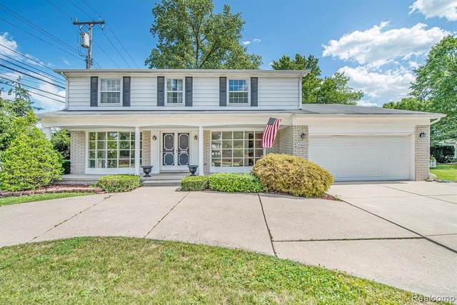 20160 E Holiday Road E, Grosse Pointe Woods, MI 48236 (MLS #2210004830) :: The John Wentworth Group