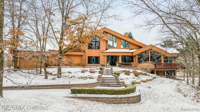 12400 Rattalee Lake Road, Springfield Twp, MI 48350 (#2210006955) :: The Mulvihill Group