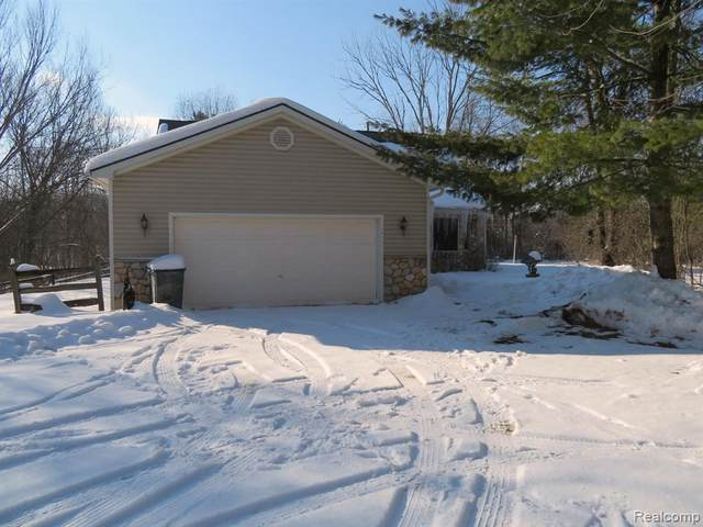 7121 Mabley Hill Road, Tyrone Twp, MI 48430 (#2210011924) :: The Mulvihill Group