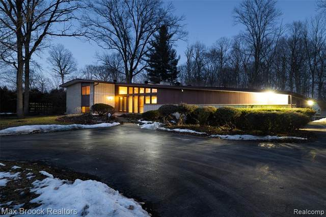 1119 Forest Lane, Bloomfield Twp, MI 48301 (MLS #2210014200) :: The Toth Team