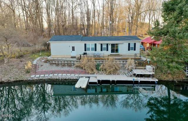 50775 W Bay Drive, Silver Creek Twp, MI 49047 (#69021007854) :: Robert E Smith Realty