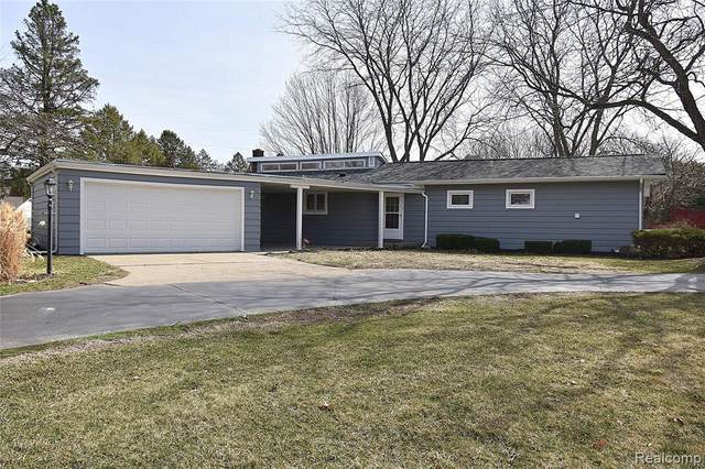 695 S Howell, Pinckney Vlg, MI 48169 (#2210020064) :: Novak & Associates